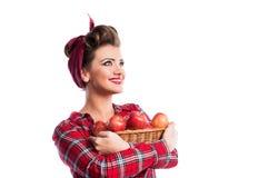Kvinna hållande korg för utvikningsbildfrisyr med äpplen Höstharve Arkivbilder