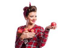Kvinna hållande korg för utvikningsbildfrisyr med äpplen Höstharve Arkivbild