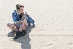 Kvinna i öken på sanden royaltyfria bilder