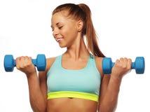 Kvinna i övning för sportutrustning med handvikter Royaltyfri Fotografi