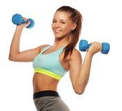 Kvinna i övning för sportutrustning med handvikter Fotografering för Bildbyråer
