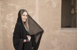 Kvinna i abaya i den Jabrin slotten Royaltyfri Fotografi