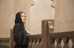 Kvinna i abaya i den Jabrin slotten Arkivbild