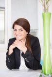 Kvinna i affärsdräkt hemma royaltyfri foto