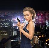Kvinna i aftonklänning med vip-kortet Arkivfoton