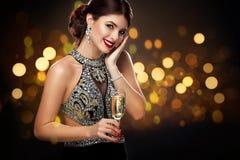Kvinna i aftonklänningen med champagneexponeringsglas - beröm för dag för St-valentin` s deltagare Nytt år och Chrismtas Royaltyfria Foton