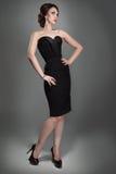 Kvinna i aftonsvartklänning royaltyfri fotografi