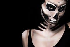 Kvinna i allhelgonaaftondräkt av Frida Kahlo Skelett- eller skallemakeup Royaltyfri Fotografi