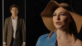 Kvinna i allsånger för en hatt stock video