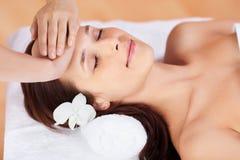 Kvinna i ansikts- massage arkivbild