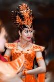 Kvinna i apelsin royaltyfria foton