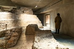 Kvinna i arkeologiskt område i Milan Cathedral arkivbild
