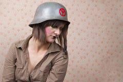 Kvinna i arméhatt och en idérik makeup Fotografering för Bildbyråer