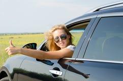 Kvinna, i att ge sig för bil tum upp Royaltyfria Bilder