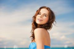 Kvinna, i att le för bikini arkivbild