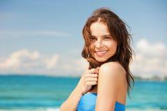 Kvinna, i att le för bikini arkivfoton
