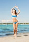 Kvinna, i att le för bikini fotografering för bildbyråer