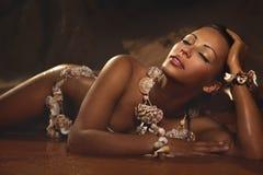 Kvinna, i att ligga för skaltillbehör Arkivfoton