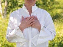Kvinna, i att meditera Arkivfoto