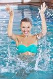 Kvinna, i att plaska för simbassäng Royaltyfri Foto