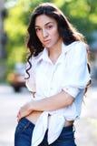 Kvinna, i att posera för jeans Royaltyfri Bild