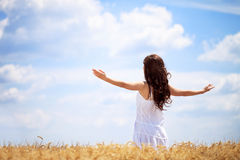 Kvinna, i att tycka om för vetefält Arkivfoto