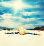 Kvinna i avkoppling på den tropiska stranden Arkivbild
