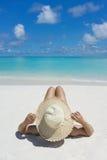 Kvinna i avkoppling på den tropiska stranden Royaltyfri Foto