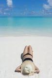 Kvinna i avkoppling på den tropiska stranden Royaltyfri Fotografi