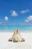 Kvinna i avkoppling på den tropiska stranden Arkivbilder