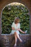 Kvinna i bågen fotografering för bildbyråer
