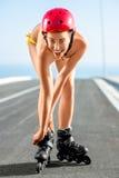 Kvinna i baddräkt med rullar på huvudvägen royaltyfria foton