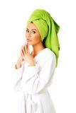 Kvinna i badrock som griper hårt om händer royaltyfria bilder