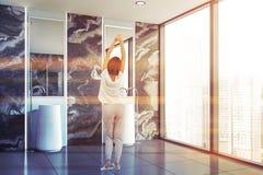 Kvinna i badrum med den dubbla vasken arkivfoton