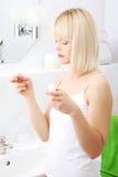 Kvinna i badrum med tandtråd Royaltyfri Bild