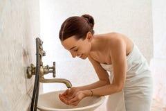 Kvinna i badrummen Royaltyfria Bilder