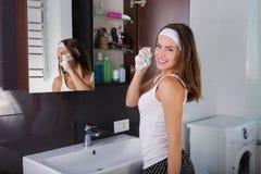Kvinna i badrummen Arkivfoto