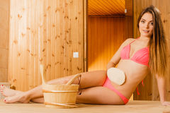 Kvinna i bastu med den exfoliating handsken Skincare Arkivbild