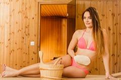 Kvinna i bastu med den exfoliating handsken Skincare Royaltyfria Bilder