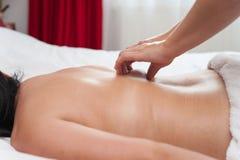 Kvinna i behandlingar för terapi och för skönhet för brunnsortsalongmassage Fotografering för Bildbyråer