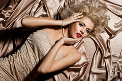 Kvinna i beige kläder royaltyfri bild