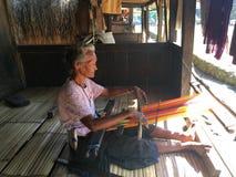 Kvinna i Bena den traditionella byn Royaltyfria Bilder