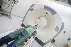 Kvinna i beräknad tomography för Ct Arkivfoton