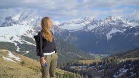 Kvinna i bergen lager videofilmer