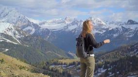 Kvinna i bergen stock video