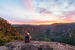 Kvinna i bergvildmarken fotografering för bildbyråer