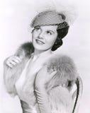 Kvinna i beslöjad hatt- och pälsstola arkivbilder
