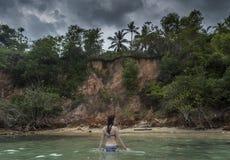 Kvinna i bikini i havet på den tropiska stranden royaltyfria bilder