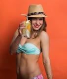 Kvinna i bikini med en kall drink royaltyfri foto