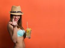 Kvinna i bikini med en kall drink royaltyfria bilder
